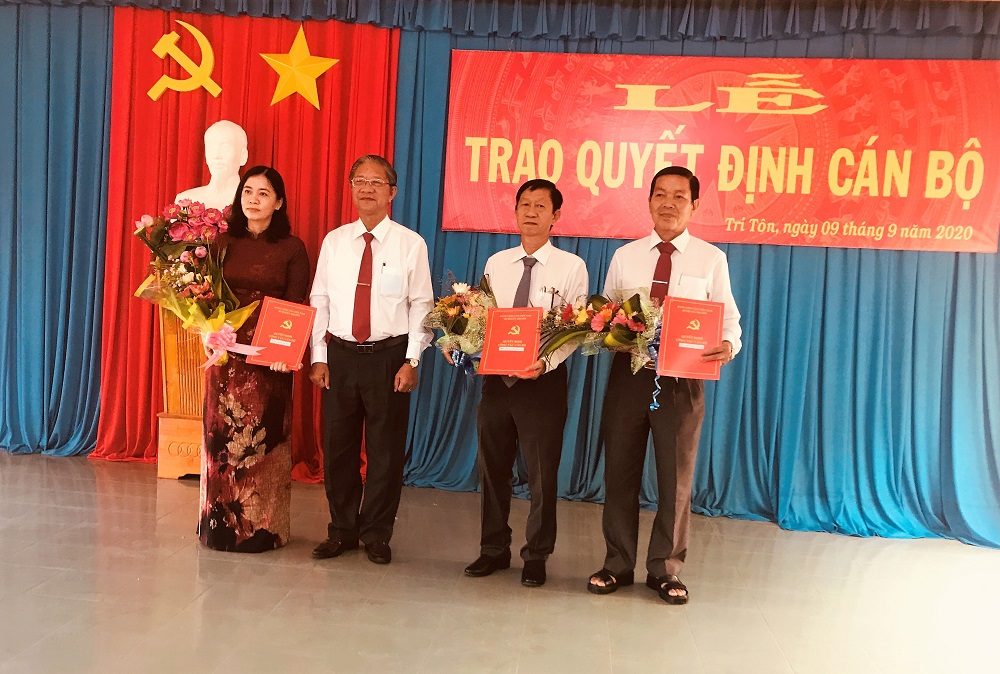 Tháng 9/2020: Tri Tôn: Trao quyết định công tác cán bộ cho 23 đồng chí thuộc diện Ban Thường vụ huyện ủy quản lý